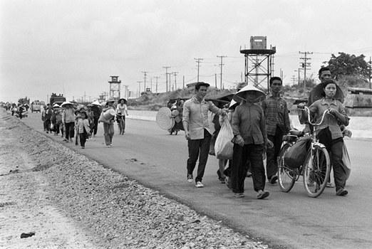Các cư dân Sài Gòn rời thị trấn sau khi quân đội Bắc Việt  xâm chiếm thủ đô Nam Việt, ảnh chụp ngày 30 tháng tư năm 1975. AFP PHOTO