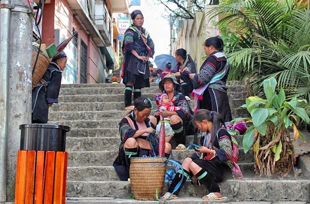 Những người dân tộc ở chợ Sapa
