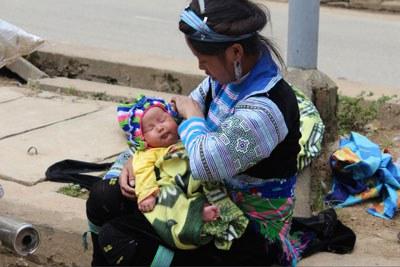 Một người mẹ Dao Đỏ ở gần chợ Sapa. RFA PHOTO.