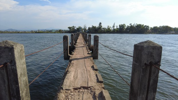 Cầu Máng bắc qua sông Tam Kỳ, nối hai xã Tam Tiến và Tam Xuân 1.