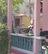Những ngôi miếu cô hồn ở nhà dân hai bên đường Nguyễn Chí Thanh, Huế