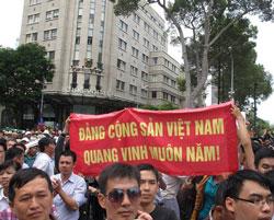 Biểu tình nhà nước mang khẩu hiệu cổ động, tuyên truyền vào biểu tình. RFA photo