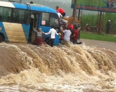 Chiếc xe khách chết máy giữa ngầm tràn. Ảnh: LaoCaiOnline.com.