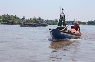 Một người phụ nữ chạy xuồng máy trên sông Tiền Giang. RFA