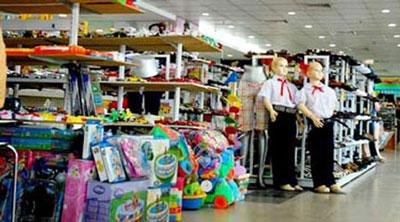 Chuyện mua sắm quần áo sách vở làm ngay cả người có thu nhập khá cũng điên đầu khi mùa tựu trường cận kề. (tinmoi.vn)