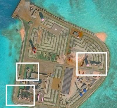 Ảnh chụp qua vệ tinh ngày 29/11/2016 và phát hành vào ngày 15 tháng 12 năm 2016 tại Trung tâm Nghiên cứu Chiến lược và Quốc tế (CSIS) cho thấy các hệ thống vũ khí phòng thủ của Trung Quốc trên các hòn đảo nhân tạo ở biển Đông.