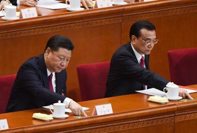 Chủ tịch Trung Quốc Tập Cận Bình (trái) và Thủ tướng Lý Khắc Cường bỏ phiếu trong phiên họp cuối của Quốc hội tại Đại lễ đường Nhân dân Bắc Kinh ngày 15 tháng 3 năm 2017.