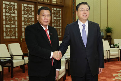 Tổng thống Philippines Rodrigo Duterte (trái) bắt tay Chủ tịch Ủy ban Thường vụ Quốc hội Trung Quốc Trương Đức Giang tại Đại lễ đường Nhân dân ở Bắc Kinh vào ngày 20 tháng 10 năm 2016.