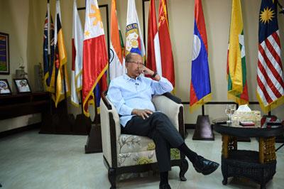 Bộ trưởng Quốc phòng Philippines Delfin Lorenzana trả lời phỏng vấn  AFP tại trụ sở quốc phòng Manila ngày 07 tháng 2 năm 2017.