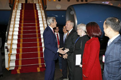 Ngoại trưởng Mỹ John Kerry (trái) được chào đón bởi Đại sứ Mỹ tại Việt Nam, Ted Osius tại sân bay Nội Bài, Hà Nội vào ngày 12 tháng một năm 2017.