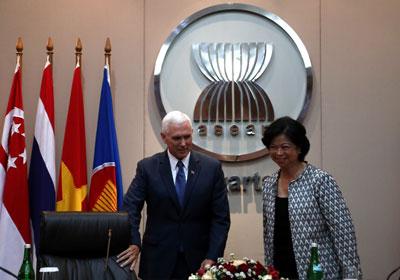 Phó Tổng thống Mỹ Mike Pence (trái) và bà Elizabeth Buensuceso, đại diện thường trực của Philippines cho Hiệp hội các nước Đông Nam Á (ASEAN) tại Jakarta vào ngày 20 Tháng 4 năm 2017.