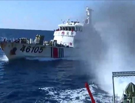 Hình minh họa. Hình chụp hôm 1/6/2014 từ tàu cảnh sát biển của Việt Nam: tàu hải cảnh của Trung Quốc đang đuổi tàu cảnh sát biển của VN khỏi khu vực giàn khoan HD 981