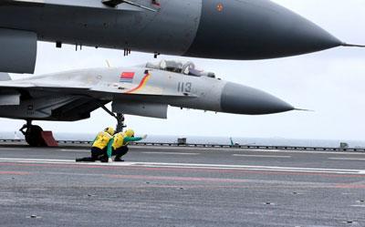 Máy bay chiến đấu của Trung Quốc J-15 trên boong tàu sân bay Liêu Ninh diễn tập quân sự trên Biển Đông hôm 2/1/2017.