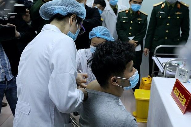 17 tình nguyện viên tiếp tục được tiêm thử nghiệm vaccine Nano Covax