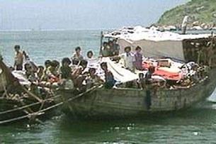 Một tàu chở thuyền nhân trái phép đến Australia