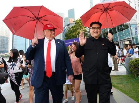 Howard X (phải) đóng giả Chủ tịch Bắc Hàn Kim Jong Un và Dennis Alan (trái) đóng giả Tổng thống Mỹ Donald Trump ở công viên Merlion tại Singapore hôm 8/6/2018