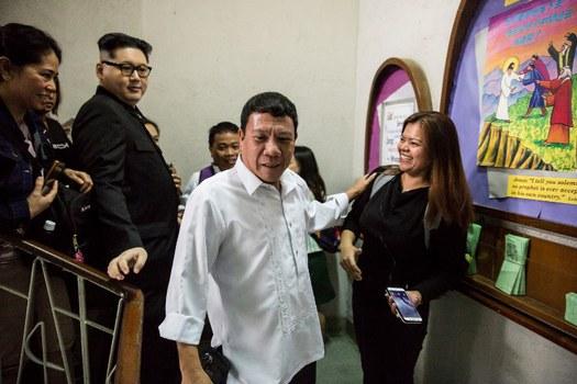 Người đóng giả Tổng thống Philippines Rodgrigo Duterte (giữa) có tên Cresencio Extreme, và Howard X đóng giả Chủ tịch Kim Jong Un của Bắc Hàn (thứ hai bên trái) dự một lễ nhà thờ ở Hong Kong hôm 3/2/2019