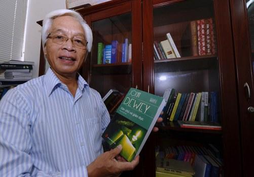 """Giáo sư Chu Hảo, Giám đốc - Tổng biên tập nhà xuất bản Tri Thức - với cuốn sách """"Dân chủ và Giáo dục"""" của John Dewey, được dịch và xuất bản bởi nhà xuất bản của ông ở Hà Nội vào ngày 31 tháng 8 năm 2010."""