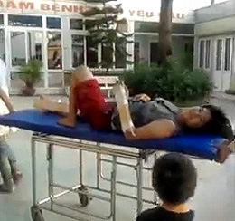 Chị Trần Thị Nga được bạn bè đưa vào nhà thương cấp cứu (Source danlambao)