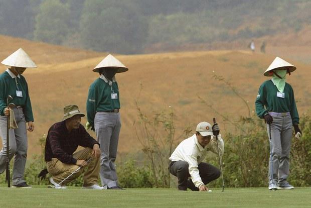 Phó Cục trưởng Cục Thuế Bình Định 'khảo sát sân golf':  bị đình chỉ thêm 15 ngày