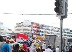 Mất điện, tín hiệu đèn giao thông tại ngã tư Bà Chiểu, quận Bình Thạnh (Tp.HCM) ngưng hoạt động, gây kẹt xe tại giao lộ này đầu giờ chiều 22/5