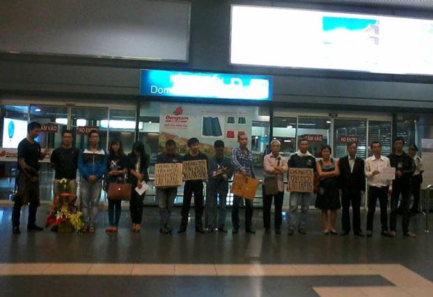 Bạn bè và gia đình kêu gọi trả tự do cho Blogger Nguyễn Lân Thắng tại sân bay Nội Bài hôm 30 tháng 10 năm 2013. Citizen photo.