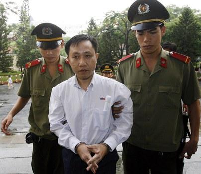 Ông Nguyễn Bắc Truyển (giữa) bị dẫn ra tòa ngày 10/5/2007, tại Sài Gòn.