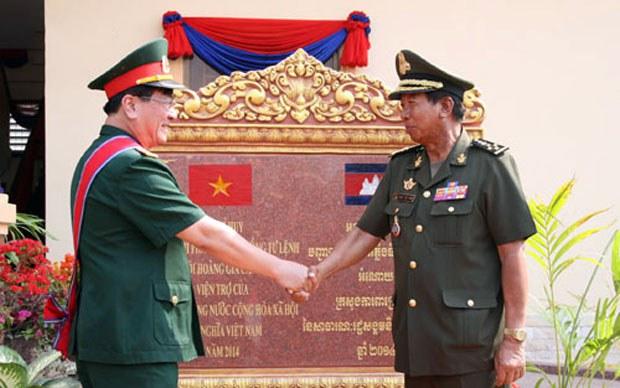 Đại tá Nguyễn Anh Dũng, Tùy viên Quốc phòng nước ta tại Campuchia, bắt tay Phó Thủ tướng, Bộ trưởng Quốc phòng Campuchia Tia Banh hôm khánh thành BTL. Pháo binh (26/1/2015)