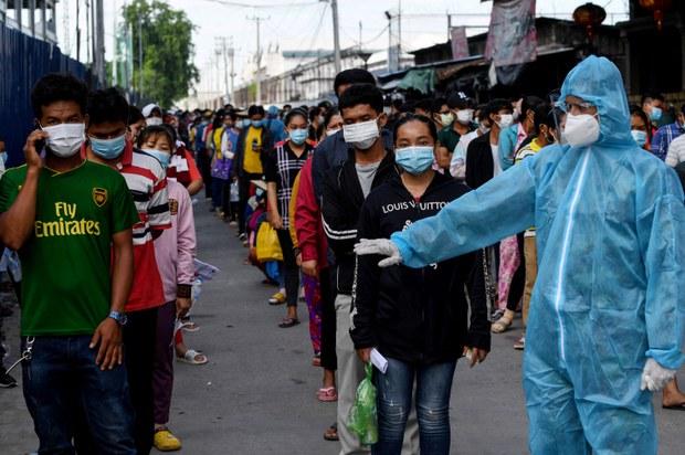 Campuchia ngừng xuất nhập cảnh nhân viên công dân VN/ Khánh Hòa thí điểm đón khách có hộ chiếu vắc-xin