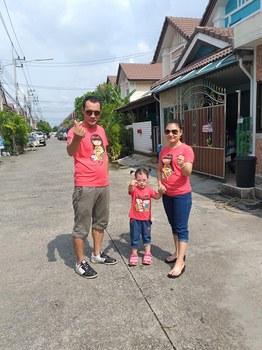 Ông Phạm Cao Lâm cùng vợ và con trên đất Thái Lan