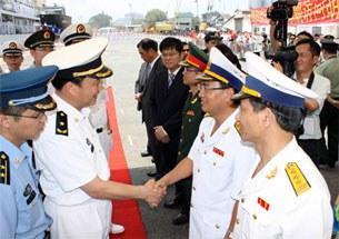 Đại diện Bộ tư lệnh Hải quân Việt Nam đón lãnh đạo, chỉ huy tàu Zheng He tại cầu cảng.