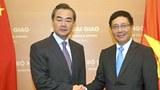 Ngoại trưởng Trung Quốc Vương Nghị (trái) và người đồng nhiệm Việt Nam Phạm Bình Minh (phải) tại Nhà khách Chính phủ Hà Nội ngày 04/08/2013.