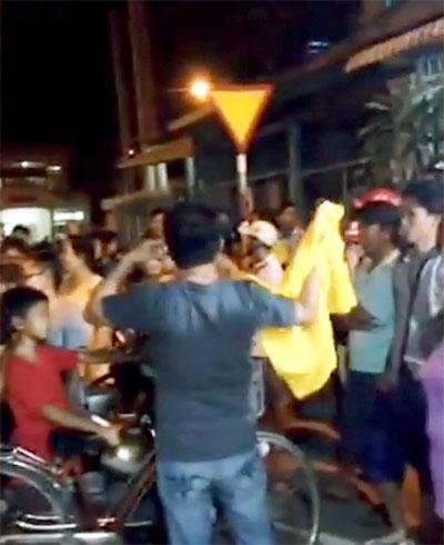Gia đình ông Nguyễn Hữu Tấn để quan tài nạn nhân trước nhà, tố cáo công an giết người khi điều tra phản động.