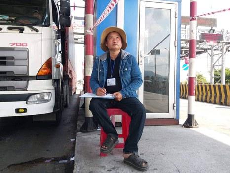 Anh Nguyễn Minh Hùng kiểm đếm xe tại trạm BOT Ninh Lộc.
