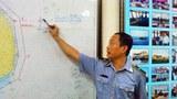 Ông Hà Lê, Phó Cục trưởng Cục Kiểm ngư đang minh họa vị trí dịch chuyển của giàn khoan Hải Dương - 981