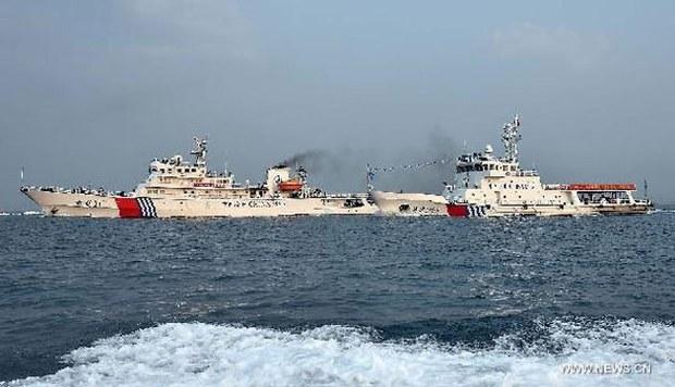 Các tàu tuần tra Hải Tuần 21 và Hải Tuần 1103 của Trung Quốc tại cảng ở Tam Á, phía nam tỉnh Hải Nam, ngày 21/4.