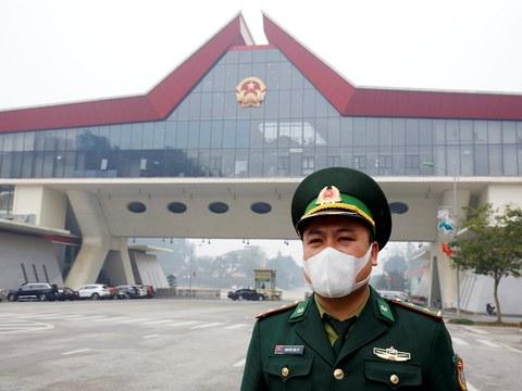 Hình minh hoạ. Một sĩ quan biên phòng đeo khẩu trang phòng dịch đứng gác tại cửa khẩu Hữu Nghị trên biên giới với Trung Quốc ở tỉnh Lạng Sơn hôm 20/2/2020