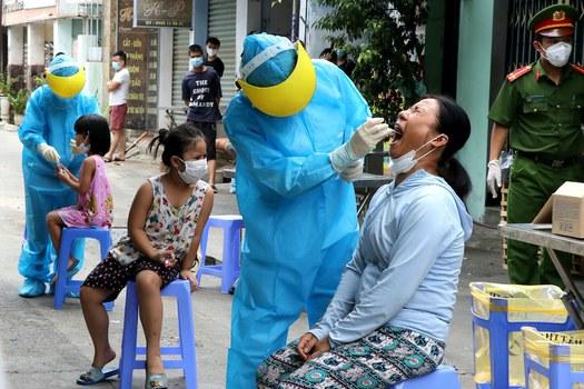 Hình minh hoạ. Nhân viên y tế lấy mẫu xét nghiệm COVID-19 ở Đà Nẵng hôm 3/8/2020