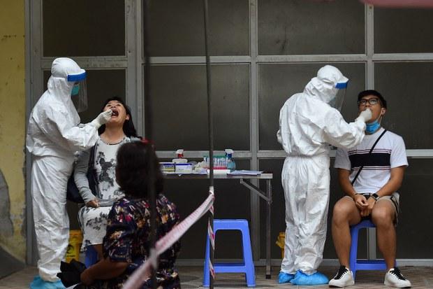 Ba bệnh viện ở Hà Nội phải phong tỏa và khử khuẩn để chặn COVID-19