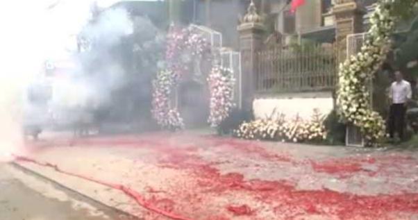 Cảnh đốt pháo tại đám cưới ở Sóc Sơn