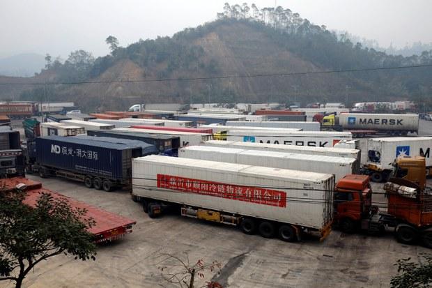 Xe container chở vật liệu từ Trung Quốc tại biên giới cửa khẩu Hữu Nghị giáp với Trung Quốc ở tỉnh Lạng Sơn, Việt Nam ngày 20-2-2020