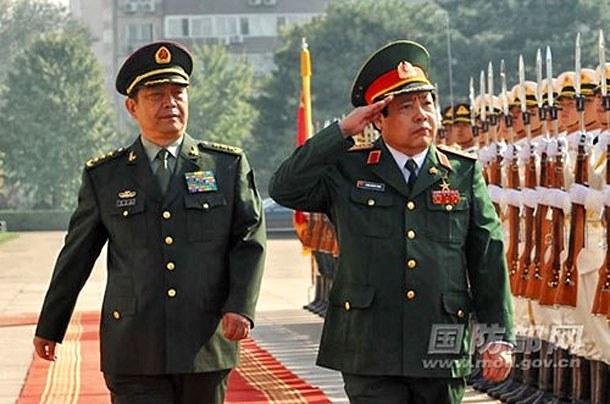 Bộ trưởng Quốc phòng Việt Nam Phùng Quang Thanh trong một đi thăm Trung Quốc (nguồn mạng Bộ Quốc phòng TQ) hối tháng 10, 2014.