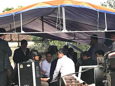 Lán trại được dựng tạm trong sân nhà văn hóa thôn Hoành để làm nơi lập biên bản thả người.