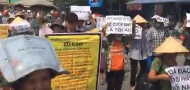 người dân Dương Nội biểu tình