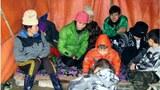 """Vợ con Đoàn Văn Vươn, Đoàn Văn Quý """"đón tết"""" tại căn lều bạt dựng trên nền đất cũ ngoài đầm (30/1/2012)"""