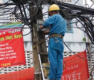 Công nhân nhà máy điện kiểm tra hệ thống điện