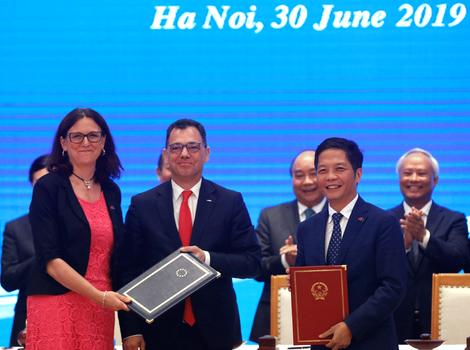 Hình minh họa. Đại diện Thương mại của EU Cecilia Malmstrom, Bộ trưởng kinh doanh, thương mại và doanh nghiệp của Romanie Stefan Radu Oprea cùng Bộ Trưởng Công Thương Trần Tuấn Anh dự lễ ký EVFTA ở Hà Nội hôm 30/6/2019
