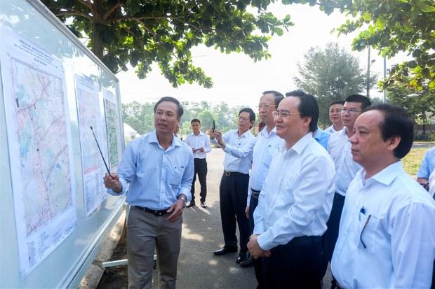 Bộ trưởng Phùng Xuân Nhạ cùng đoàn công tác Bộ GD&ĐT.
