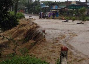 Nước lũ tràn qua đường vào trung tâm huyện Kbang, tỉnh Gia Lai hôm 15/11.