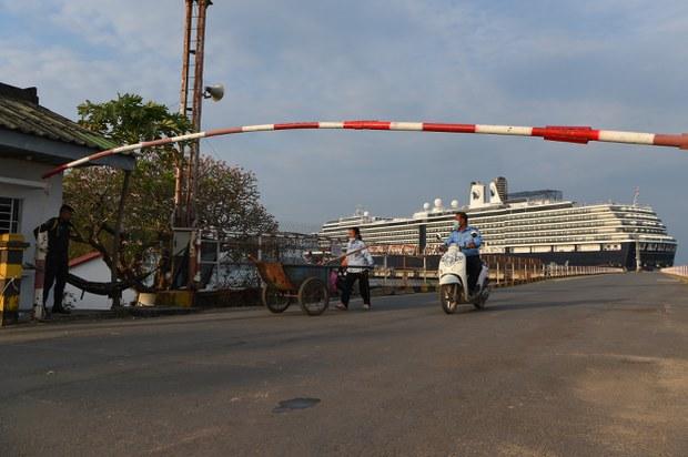 Minh họa: Một tàu du lịch tại cảng ở Campuchia.